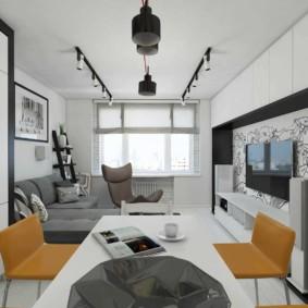 Projecteurs sur le plafond odnushki dans une maison en panneaux