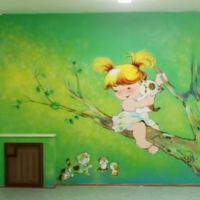 Dessin sur le mur d'une crèche pour un enfant d'âge préscolaire