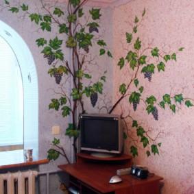 Bureau d'ordinateur à côté de la batterie de chauffage