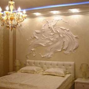 Peinture murale volumétrique au-dessus de la tête du lit