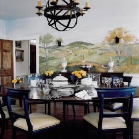 Lampe originale au plafond de la cuisine-salon