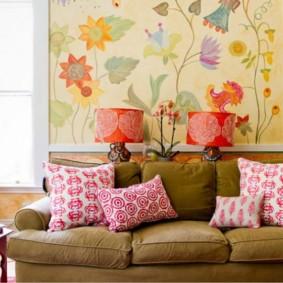 Oreillers lumineux sur le canapé dans le salon