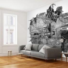 Canapé gris sur un plancher en bois