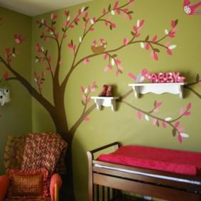 Étagères blanches sur le mur avec un arbre