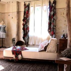 Rideaux originaux dans la chambre d'un appartement en ville