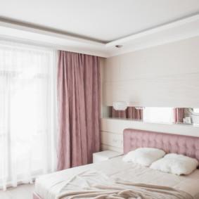Rideaux roses dans la chambre d'une fille