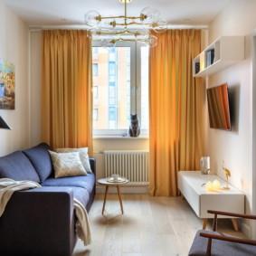 Rideaux jaunes à l'intérieur de l'appartement