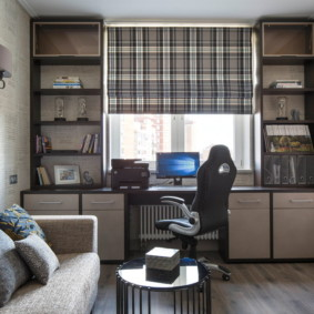 Bureau au lieu du rebord de la fenêtre dans l'appartement