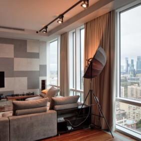 Fenêtre panoramique dans le salon d'un immeuble à plusieurs étages