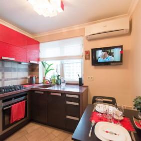 Façades rouges d'un ensemble de cuisine