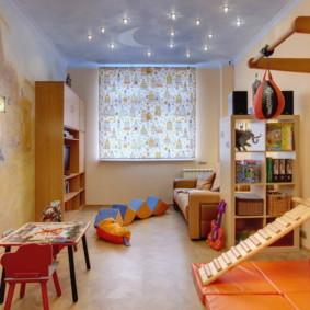 Store à enrouleur imprimé lumineux dans la chambre d'enfant