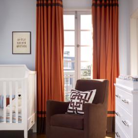Rideaux orange dans un appartement moderne