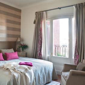 Petite chambre avec porte balcon