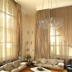 Deux canapés dans le salon avec un haut plafond