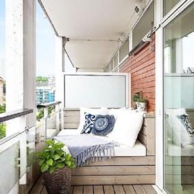Plancher en bois sur un balcon ouvert
