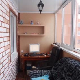 Salle d'étude sur un balcon vitré