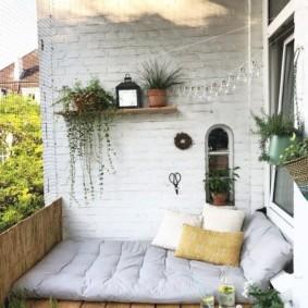 Lit de couchage sur un grand balcon