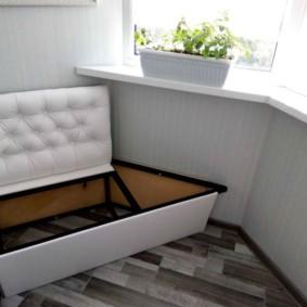 Un petit canapé avec une boîte pour les choses