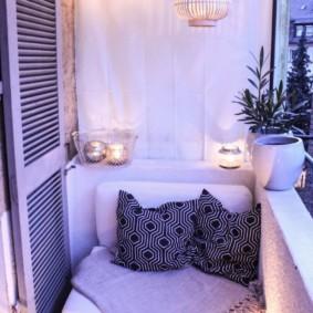 Éclairage romantique d'un balcon confortable