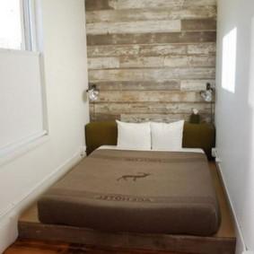 Vieilles planches sur le mur de la loggia