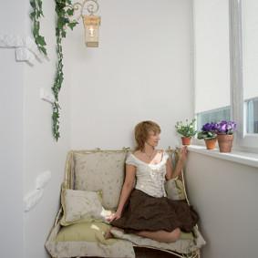 Le propriétaire de l'appartement sur le canapé dans la loggia