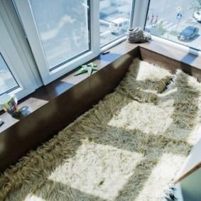 Couvre-lit en fourrure au sol du balcon