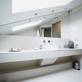 Long comptoir dans la salle de bain combinée