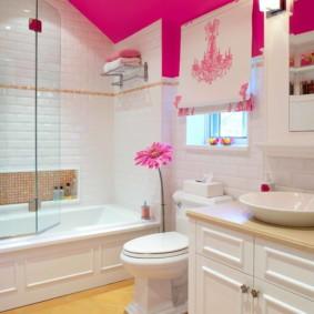 Plafond rose dans la salle de bain