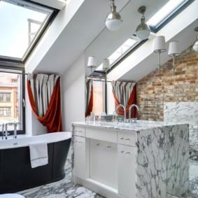 Mur miroir dans la salle de bain