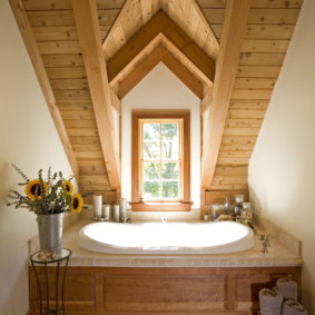 Plafond en bois dans le grenier d'une maison de campagne