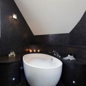 Carrelage noir sur le mur de la salle de bain