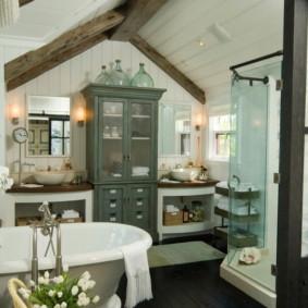 Salle de bain intérieure avec toit à pignon