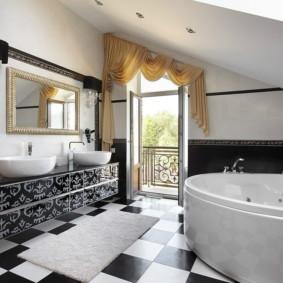 Intérieur de la salle de bain avec porte balcon