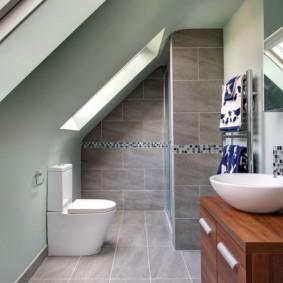 Toilettes mansardées dans une maison privée