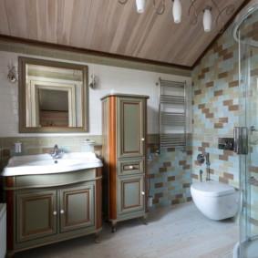 Armoire étroite dans la salle de bain