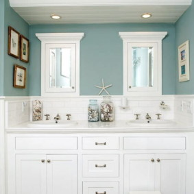 Meubles blancs sur fond de murs bleus
