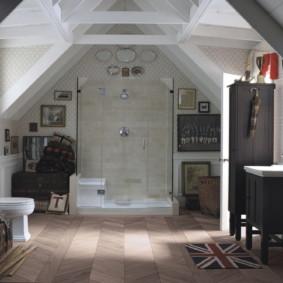 Intérieur d'une salle de bain dans une maison de campagne