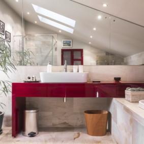 Plafond bas dans la salle de bain combinée