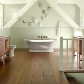 Larges planches sur le sol de la salle de bain