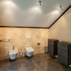 Meubles suspendus dans la salle de bain d'une maison de campagne