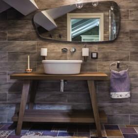 Meubles en bois dans la salle de bain d'une maison rurale