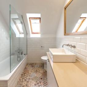 Carrelage avec un motif au sol dans la salle de bain