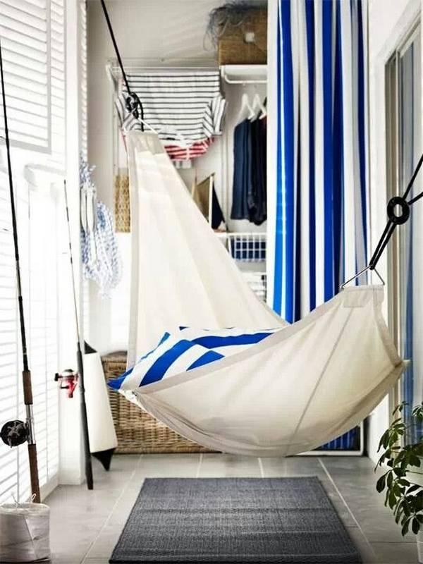 Hamac sur un balcon vitré d'un appartement en ville