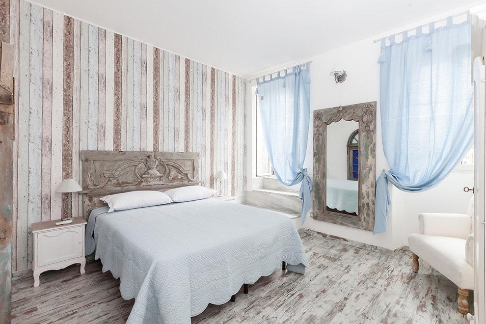 Rideaux bleu translucide sur la fenêtre de la chambre