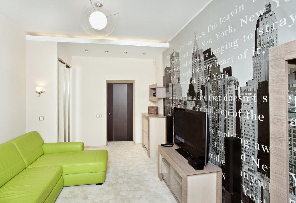 Chambre étroite avec papier peint photo sur le mur