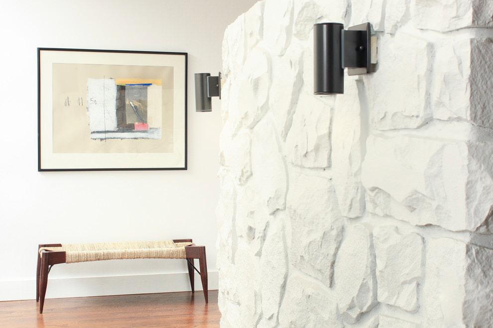 pierre à l'intérieur du plâtre du couloir