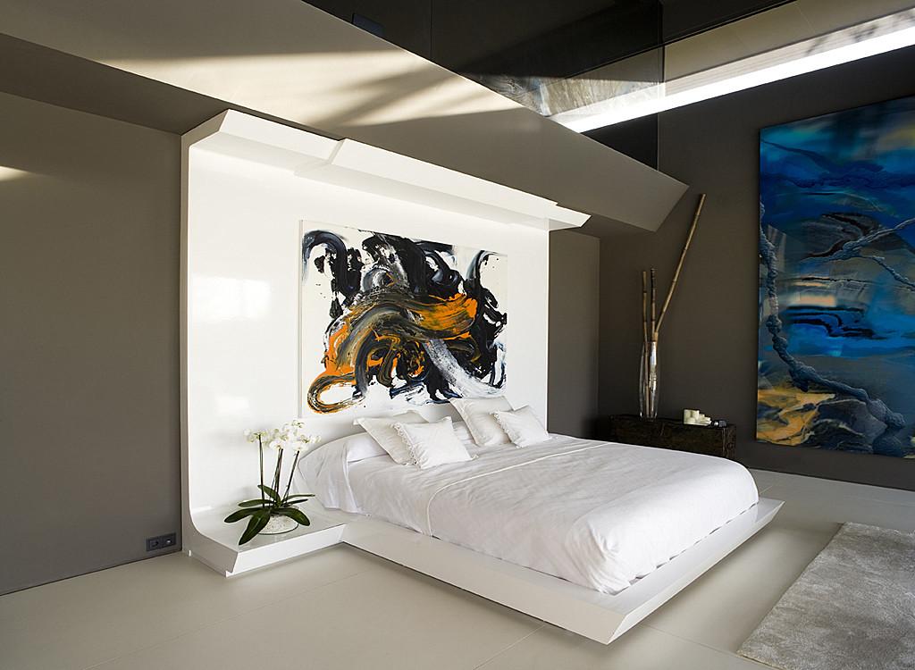 Conception d'une chambre moderne de haute technologie avec des peintures