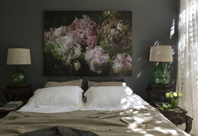 Une photo avec de grandes fleurs sur la tête du lit
