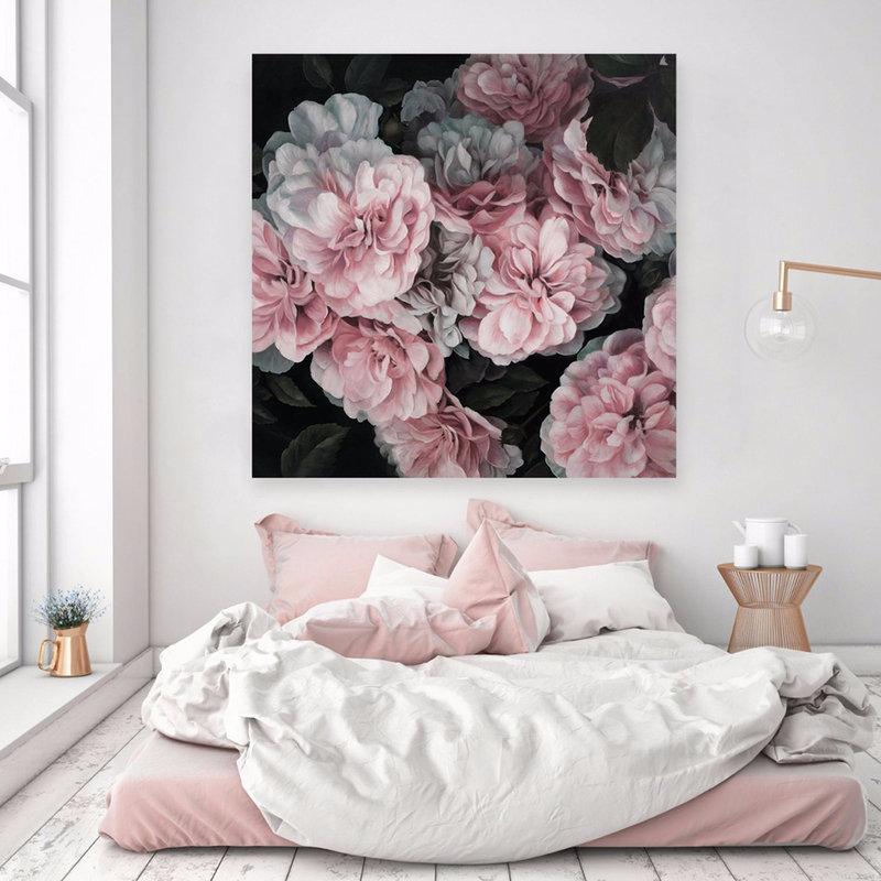 Fleurs de pivoines dans une photo dans une chambre