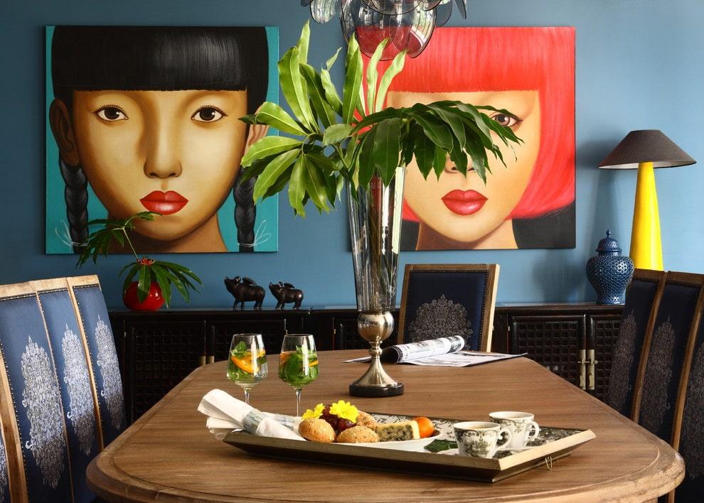 Peintures lumineuses sur le mur de la cuisine de l'appartement